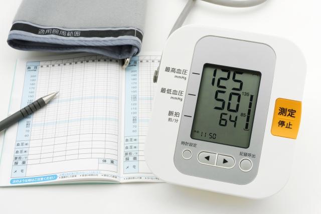 家庭血圧を記録しましょう。測定するだけではなくて、毎日ノートに記録しましょう。