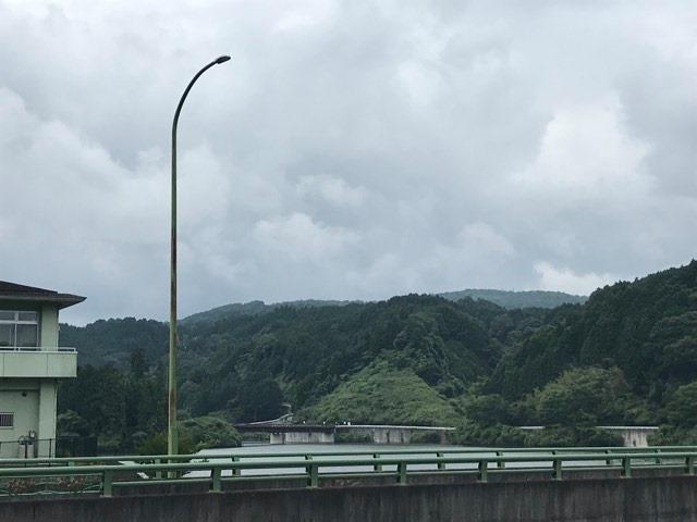 上津ダムから神野山を仰ぐ
